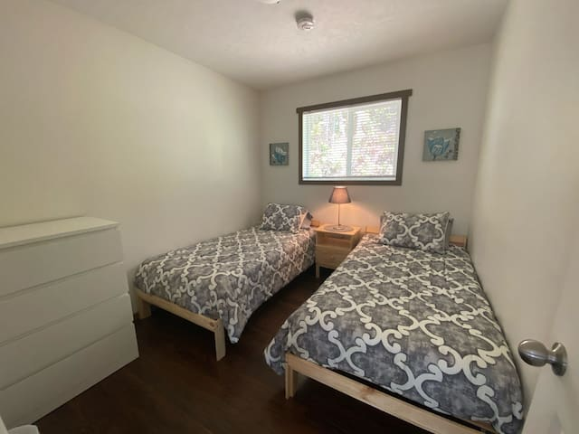 Cabin 2: Cozy bedroom with two twin beds and dresser