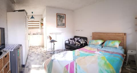 Clare's Place -central, private motel style studio