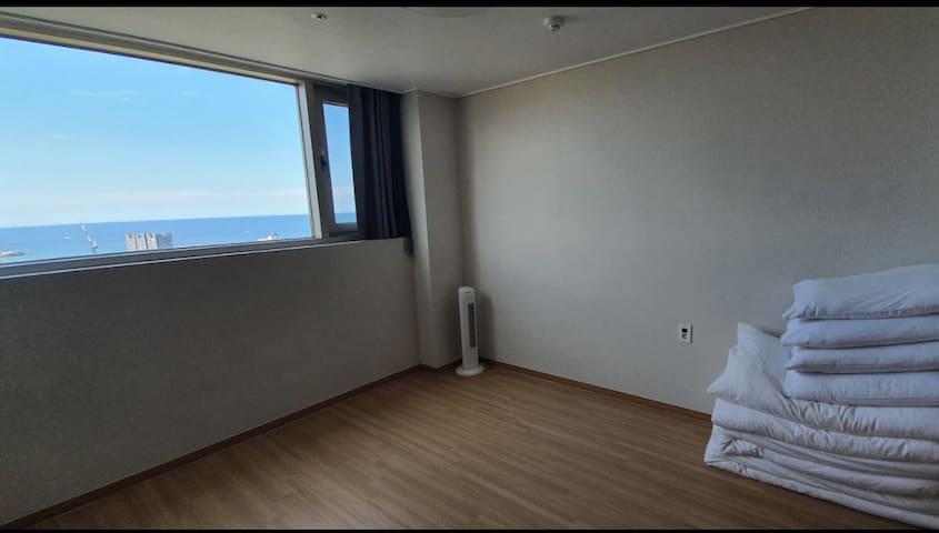 푸르른 바다가 조망되는 침실입니다 더블사이즈(2인용) 요와 이불이 2세트 제공됩니다