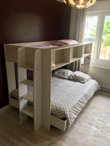 C'est deux couchages sont très confortables : le lit en bois massif est très lourd, il ne bouge pas !