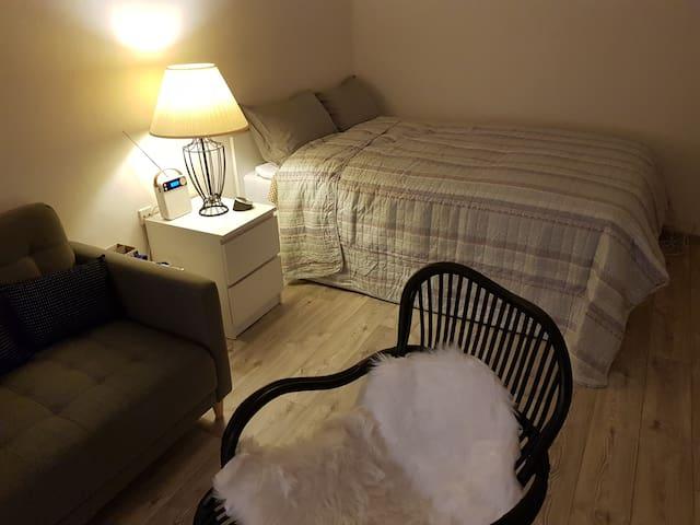 velká manželská postel s vysokou matrací