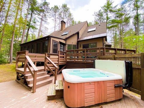 Spacious N. Conway Home w/ Private Hot tub & Yard