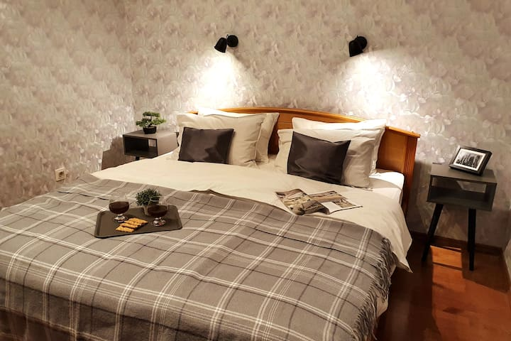Кровать в спальне 2. Спальное место 180×200.
