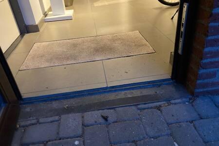 lage drempel bij inkom van de hal . Rolstoel toegankelijk.