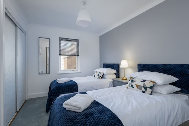 All the beds in Number four have crisp new cotton bed linen with plump pillows.  This calming peaceful twin room will guarantee a good night's sleep.