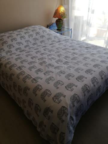 Chambre 2 avec lit  140 + ventilateur et un couchage en 90