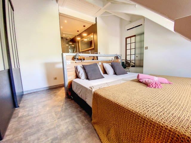Chambre climatisée à l'étage avec rideaux occultants