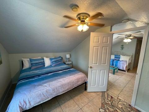 Seaside Suite. Clean - King Bed - Walk to Beach!