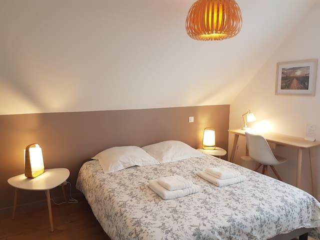 Ce lit de 160 peut être séparé en 2 lits de 80. Les matelas neufs sont très confortables.