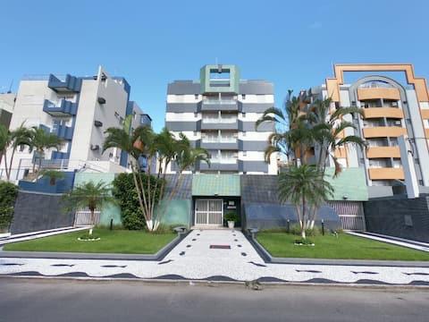 Excelente apartamento à duas quadras da praia.