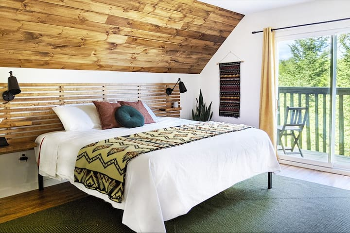 luxurious king size bed, cotton percale sheets, and views of the treetops