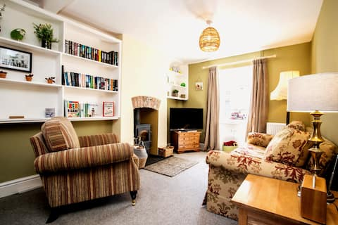 Beaumaris Town Listed Cottage for 4 + cot . Wi-fi.