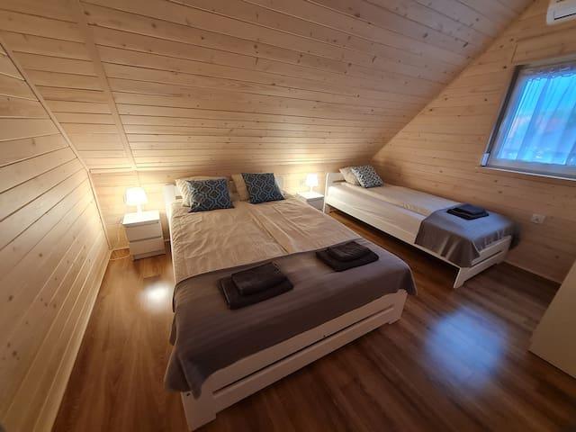 Sypialnia 3-osobowa (1 łóżko 2-osobowe i 1 łóżko 1-osobowe)