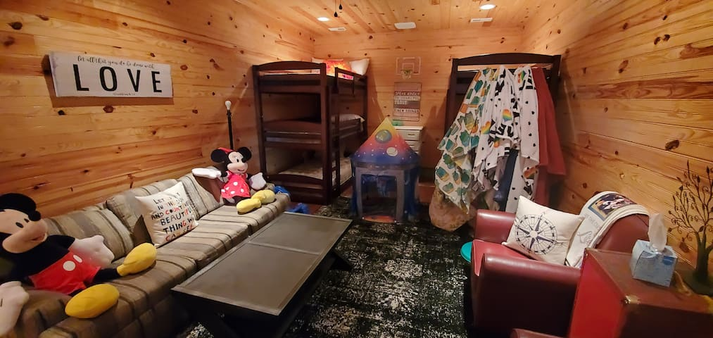 Bunkhouse 1 Full, 6 twin bunks, 1 pull out queen couch Glow in the dark basketball, spaceship tent.