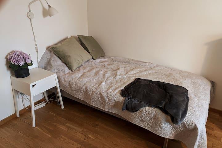 Säng samt sängbord.