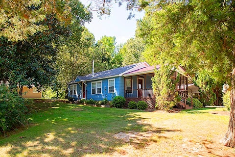 2-bedroom cottage two miles from mTrade Park