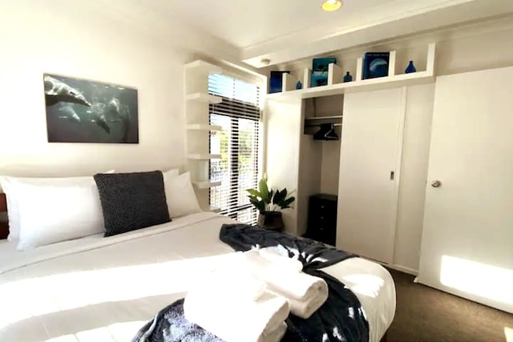 Modern stylish one bedroom Parnell Apartment with separate lounge/dining room, galley kitchen and bathroom. Plenty of storage space in the bedroom. Decorated in a modern contemporary style that is easy to live in. Perfect for the night, weekend.....