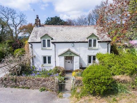 Stylish Cornish Cottage, Countryside Views