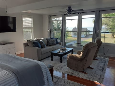 Cozy Lakefront Home 30 minutes from Niagara Falls