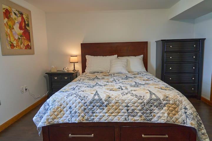 Bedroom 4. Queen Bed.