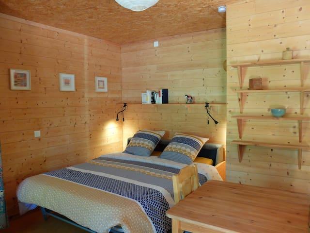 Le lit déployé équipé d'un matelas confortable