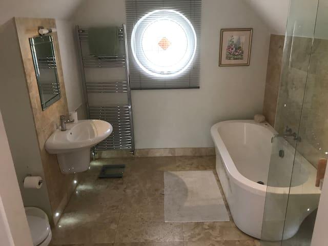 The Garden Suite bathroom