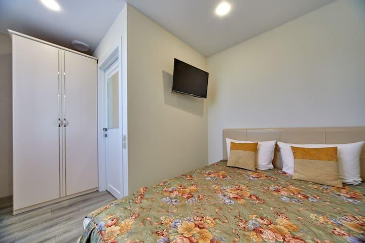 Двухместная спальня на втором этаже с кроватью king-size . В комнате имеется сейф . Комната оборудована приточной вентиляцией .