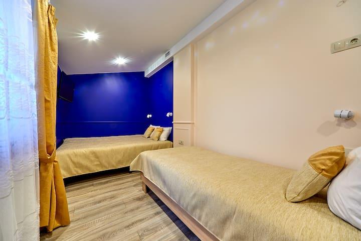 Трёхместная спальня с окном на первом этаже .Цветовая гамма спальни , постели , бельё и мебель подобрана для Вашего спокойного и домашнего отдыха . Комната оборудована приточной вентиляцией .