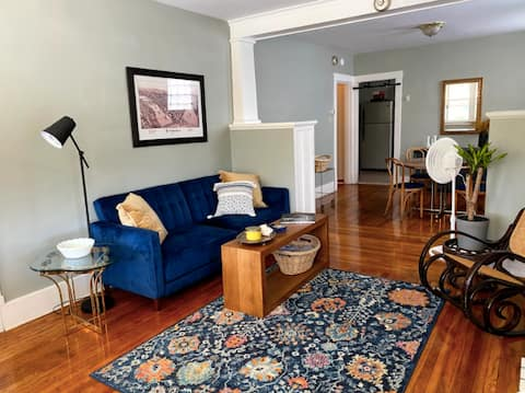 Comfy 2-bed ✨ 5 min from downtown ✨ easy parking!