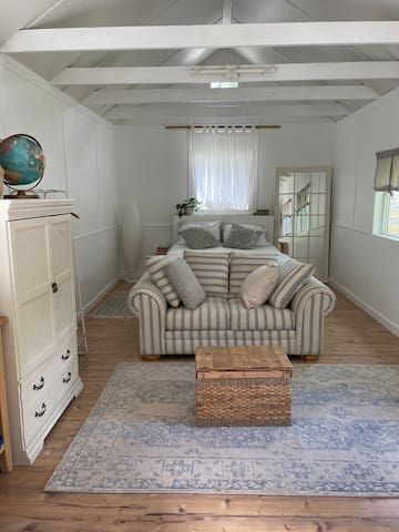 Miller One - Queen bed, towels and electric heat flooring to keep it cozy.