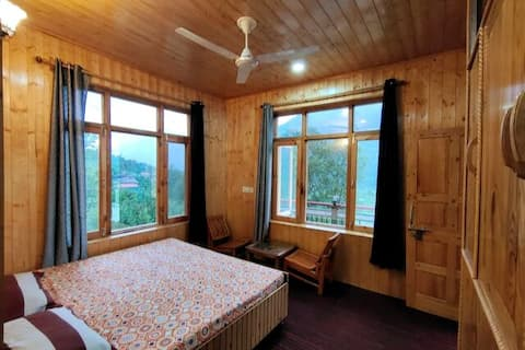 Workation Haven - Wooden Private Bedroom