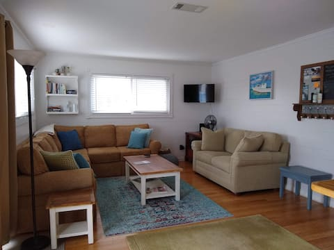 Relaxing 2 bedroom cottage-minutes from the beach.