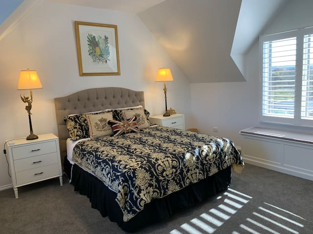 Affectionately know as the gold room, this bedroom is fitted out with air conditioning, a ceiling fan, electric blanket and gorgeous bed linen.