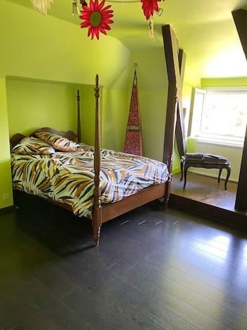 Chambre 2 à l'étage avec lit en 140 cm