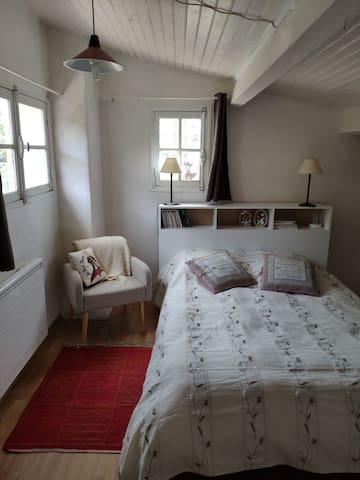 Chambre 1,1 lit en 140, 1 matelas au sol en 80 et 1 lit bébé en bois