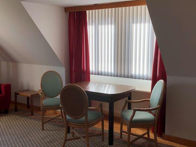 Wohnzimmer Tisch unter dem Südfenster, z.B. zum Spielen und Schreiben