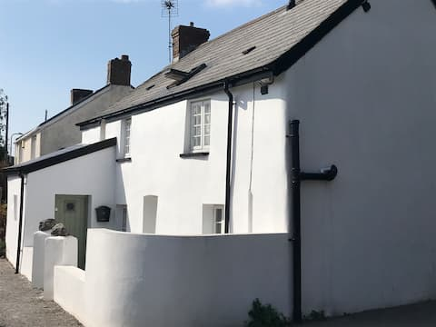 Pretty 3-bedroomed cottage (circa 1700's)