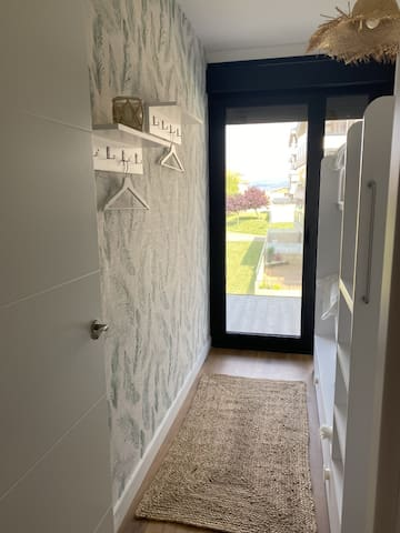 Dormitorio con literas lacadas en blanco, con salida directa a la terraza exterior