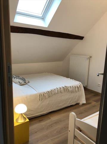 Chambre n°3 de 14m2 au sol, composée d'un lit deux places et d'un lit une place