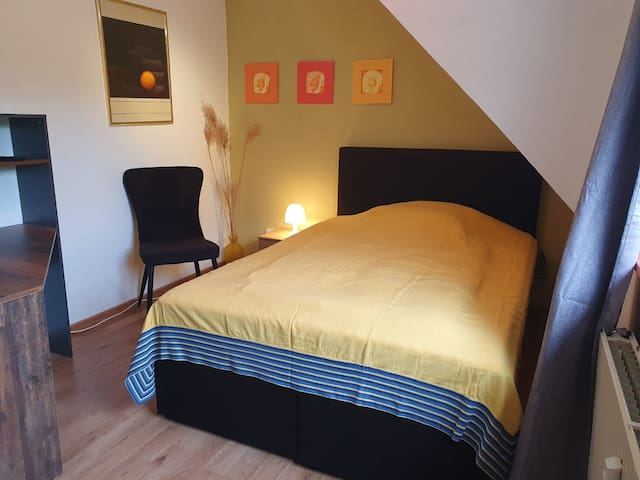 Kleines Schlafzimmer mit 140er Boxspringbett