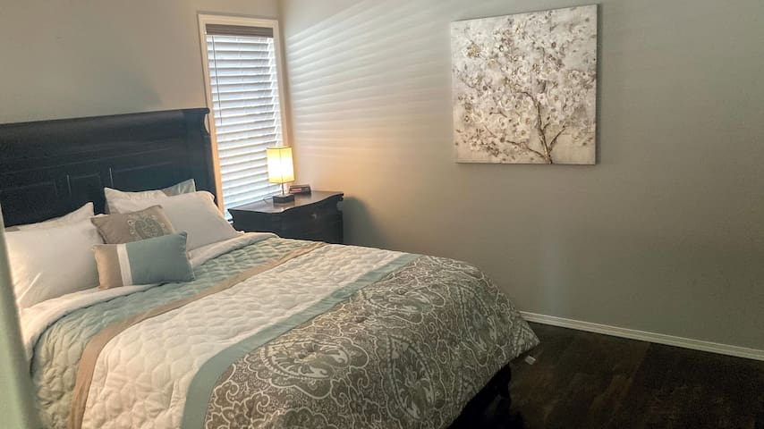 Master Bedroom, Queen-size, TV w/cable, Netflix, ceiling fan