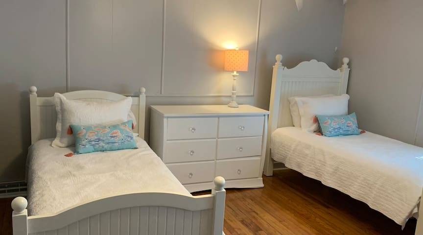Bedroom with 2 Twins and Twin Daybed with Trundle