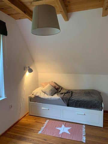 Mniejsza sypialnia od strony lasu z dwoma łózkami rozkładanymi.