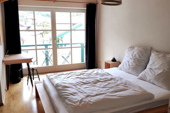 Schlafzimmer Nr.1 mit Schreibtisch und kleinem Südbalkon