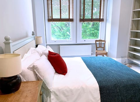 Bonic pis de dos llits a la casa de terrassa victoriana