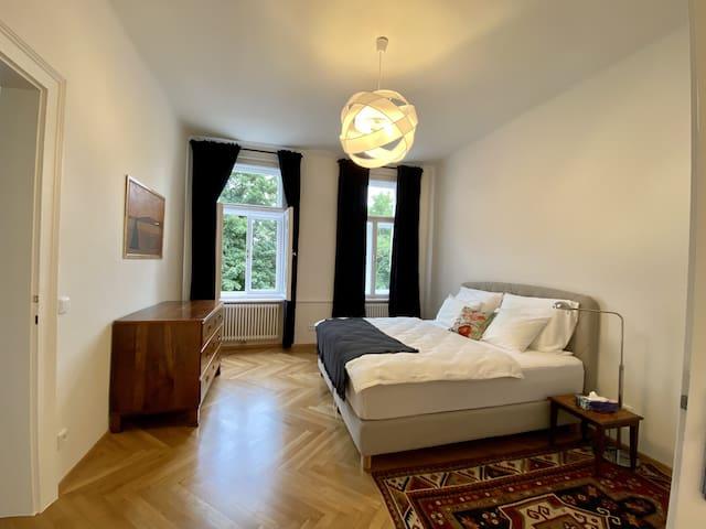 Schlafzimmer mit Kingsize Boxspringbett (180x200)