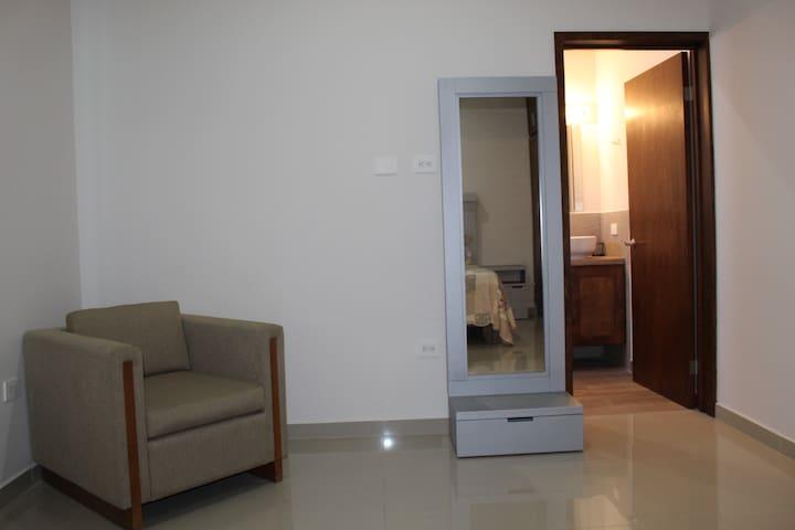 El cuarto principal cuenta con un baño privado para esta habitación. Todas las recamaras tienen un amplio closet.