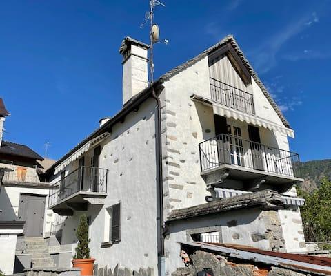 Casa indipendente con camino e mansarda.