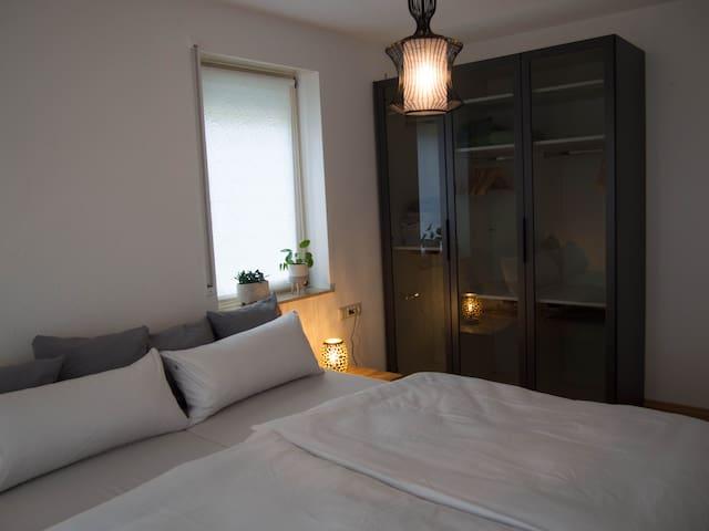 Im großen Schlafzimmer könnt ihr die Nacht in eurem großen bequemen Bett (1,80m x 2,00m) genießen. Keine Lust aus dem Koffer zu leben? Dann nutzt den modernen Schrank.