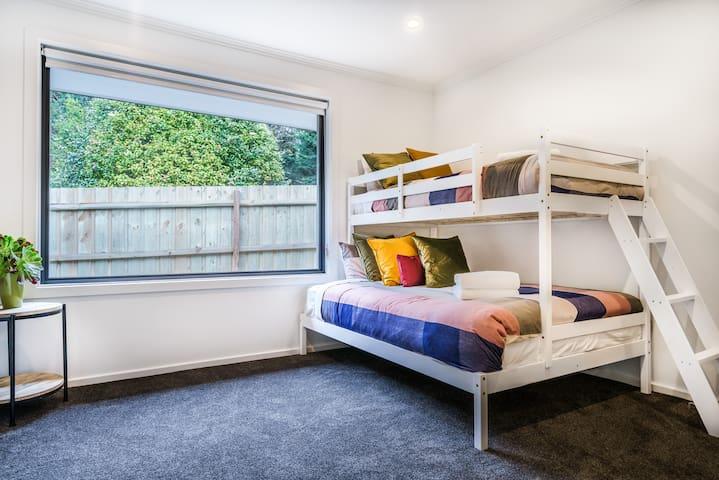 Tri bunk bedroom to sleep 3 people